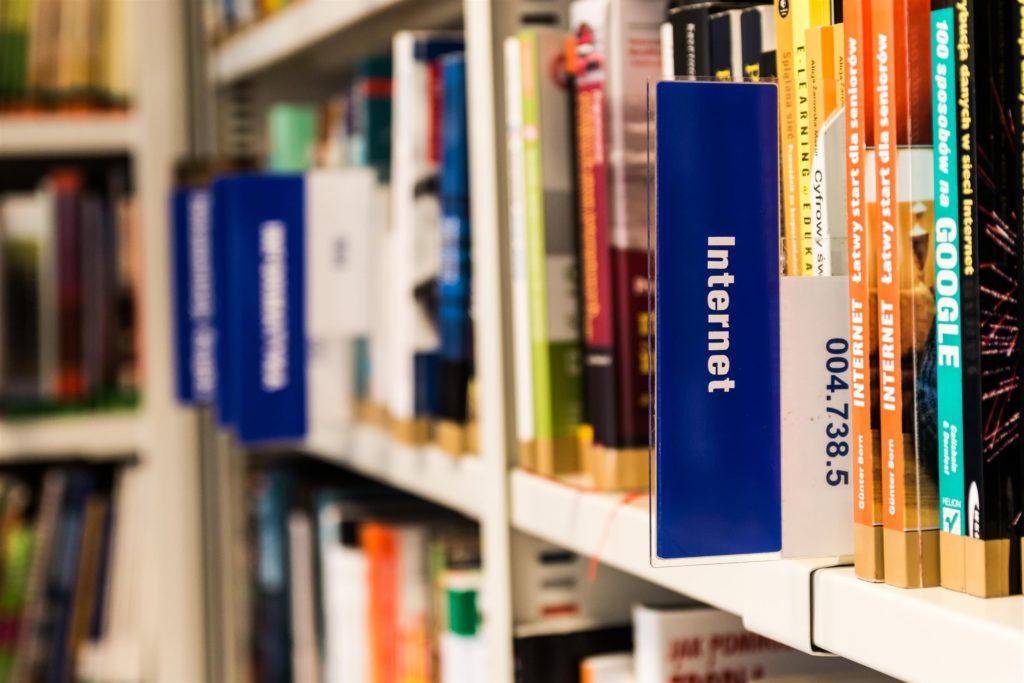 Bibliotēkas grāmatu plaukts