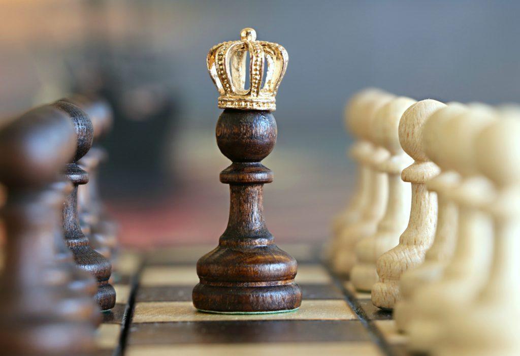 Šaha galdiņš ar karaļa figūru priekšplānā