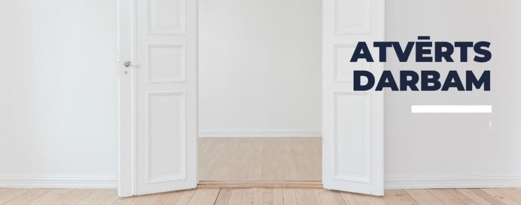 """Attēls ar atvērtām durvīm un uzrakstu """"Atvērts darbam"""""""