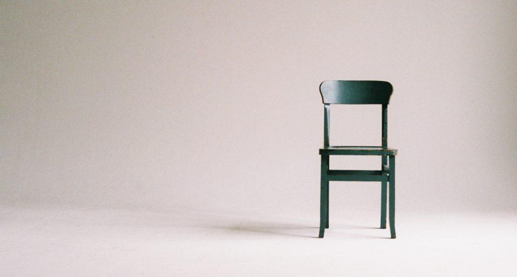 Viens krēsls lielā telpā