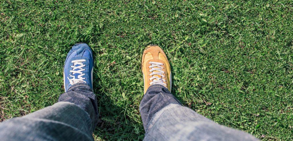 Kājas ar dažādu krāsu apaviem
