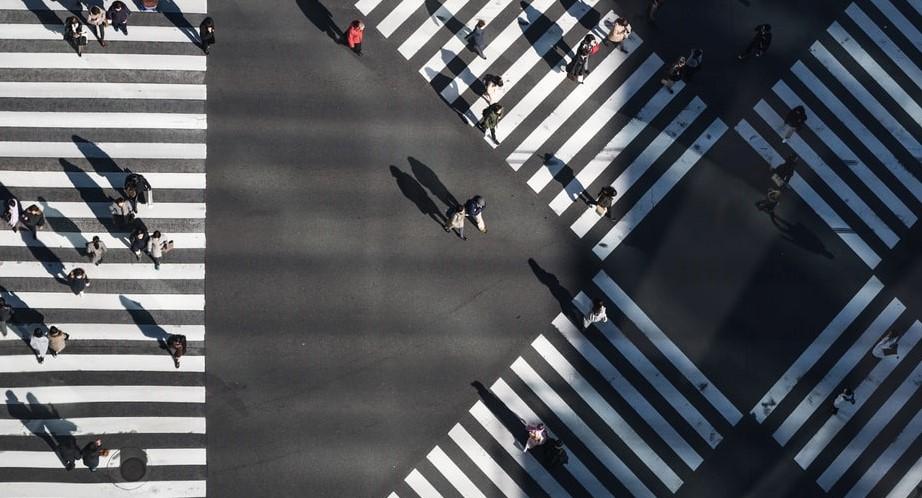 Krustojums, kuru šķērso cilvēki dažādos virzienos, no putna lidojuma