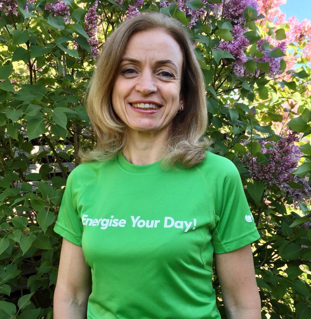"""Solvita Dūka, """"Fortum"""" darbinieku labsajūtas veicināšanas vadītāja Latvijā. Viņai uz krekla ir uzraksts """"Energise Your Day!"""""""