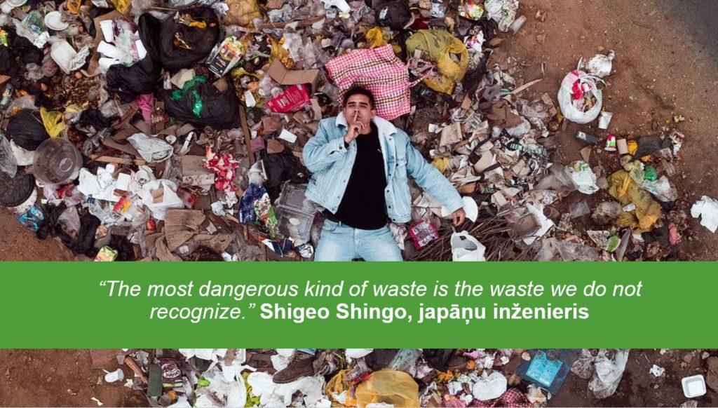 """Vīrietis guļ uz aktritumu kaudzes. Attēls papildināts ar japāņu inženiera Shigeo Shingo atziņu: """"The most dangerous kind of waste is th waste we do not recognize."""""""